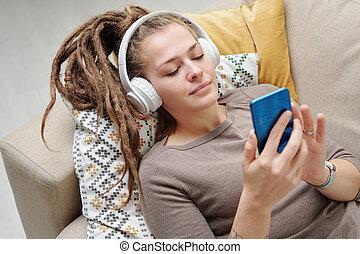 kopfhörer, musik, ruhig, hübsche frau, rastafrisuren, zuhören, junger