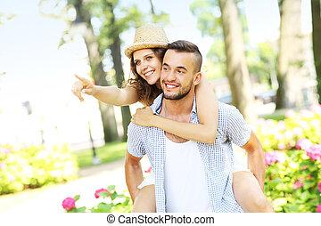 koppel in het park, richtend aan, de, fototoestel