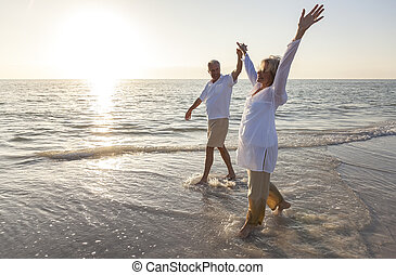 koppel zonsondergang, holdingshanden, senior, strand, zonopkomst, vrolijke