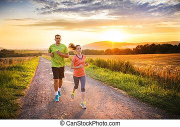 koppel zonsondergang, rennende