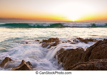 kora reggel, táj, közül, óceán, felett, köves part, és, izzó, napkelte