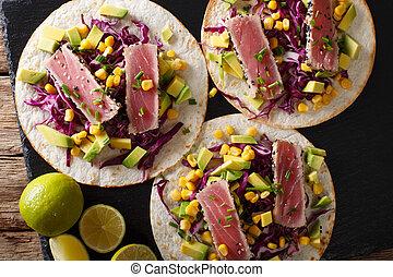 koren, mexicaanse , bovenzijde, avocado, tacos, tonijn, kool, close-up., horizontaal, uien, rood, aanzicht