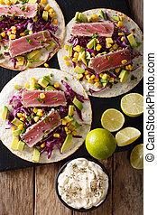koren, mexicaanse , verticaal, bovenzijde, avocado, tacos, tonijn, kool, close-up., uien, rood, aanzicht