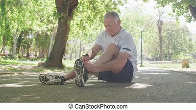 koronki, człowiek, park, senior, przywiązywanie, jego, bucik