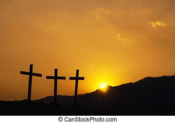 korsfästelse, av, jesus, christ., tre, kors, silhuett, på, den, fjäll, hos, solnedgång