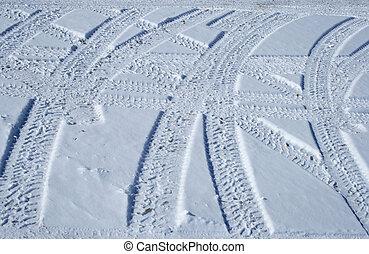 korsning, återstående tid spåret, terräng, däck, snöig