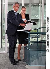 korytarz, dwa, businesspeople