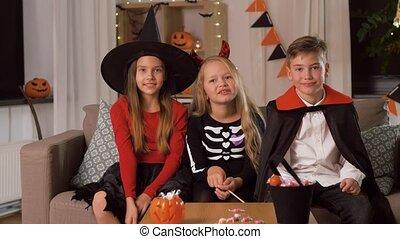 kostüme, kinder, spaß haben, daheim, halloween