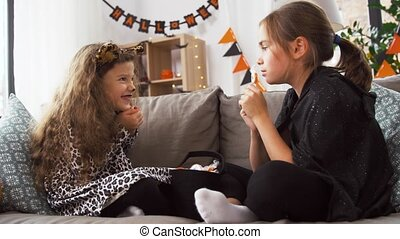 kostüme, mädels, halloween, daheim, süßigkeiten