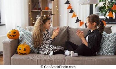 kostüme, mädels, halloween, spielende , daheim, spiel
