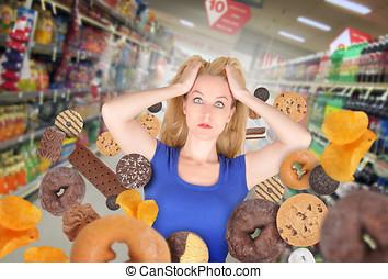 kost, kvinna, hos, specerier lager, med, skräpmat
