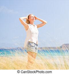 kosteloos, gelukkige vrouw, het genieten van, zon, op, vacations.