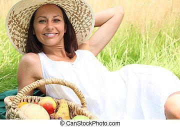 kosz, pole, kobieta, leżący, owoc