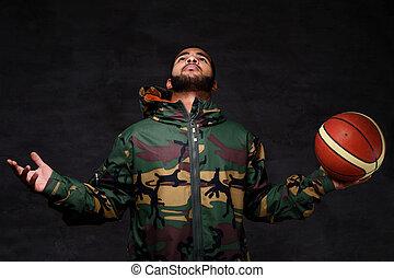 koszykówka, afrykańska-amerikanka, jacket., młody, kamuflaż, gracz, ulica, portret