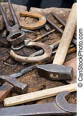 kowal, zardzewiały, podkowy, narzędzia