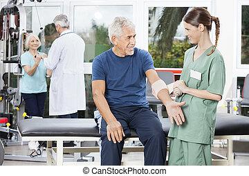 kräpp, hand, sätta, bandage, senior, mannens, sköta