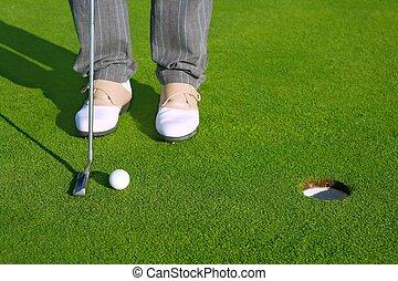 krótki, golfowy bieg, piłka, kładzenie zieleń, otwór, człowiek
