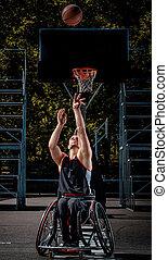 krüppel, basketballspieler, in, a, rollstuhl, spiele, auf, rgeöffnete, gaming, ground.