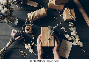 kraft, au-dessus, papier, directement, emballage, vue, femme...