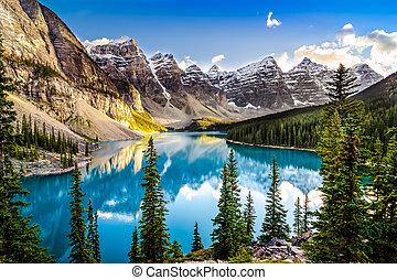 krajobraz, zachód słońca, prospekt, od, morain, jezioro, i, teren górzysty