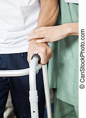 krankenschwester, assistieren, älter, patient, mit, gehhilfe, in, reha, zentrieren