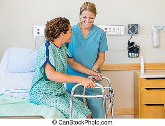 krankenschwester, assistieren, patient, gebrauchend, laufgestell, in, klinikum