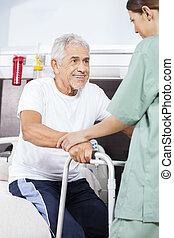krankenschwester, assistieren, patient, stehen, in, reha, zentrieren