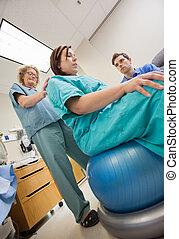 krankenschwester, assistieren, schangere frau, sitzen, auf, übung kugel