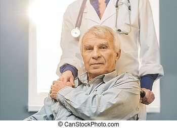 krankenschwester, frau, mit, älterer mann, in, rollstuhl