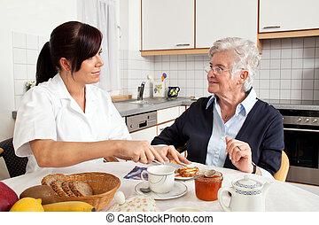 krankenschwester, hilft, ältere frau, an, fruehstueck