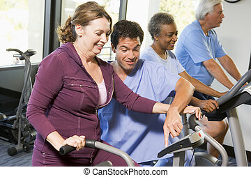 krankenschwester patienten, in, rehabilitation, gebrauchend, übung maschine