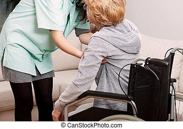 krankenschwester, portion, invaliden gemachte frau