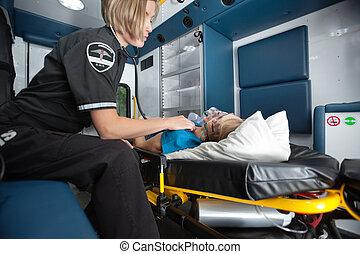 krankenwagen, inneneinrichtung, mit, ältere frau