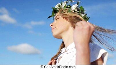 krans, bloemen, glimlachende vrouw, jonge
