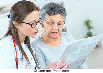 krant, dame, lezende , oud