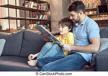 krant, lezende , vader, samen, zoon