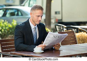 krant, zakenman, lezende