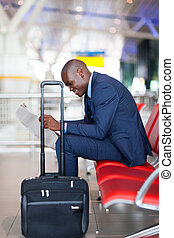 krant, zakenman, luchthaven, lezende