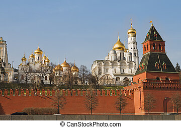Kremlin churchs with golden domes over blue sky, Moscow, ...