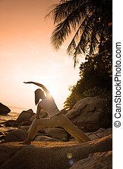 krigare, kvinna, yoga framställ, utföre, silhuett, strand