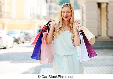 krijgen, enig, detailhandel, therapy., happyyoung, vrouwenholding, het winkelen zakken, en, kijken naar van fototoestel, terwijl, staand, buitenshuis