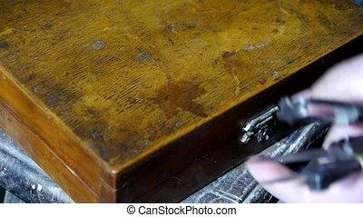krijgen, gereedschap, van, oud, toolbox