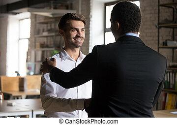 krijgen, hand, black , werknemer, rewarded, rillend, kaukasisch, vrolijke