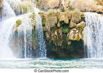 krka, sibenik, kroatien, -, überhang, unter, a, wasserfall, innerhalb, krka, nationalpark