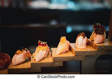 krok, sushi, drewno, obsłużony, cuisine., japończyk, łosoś, komplet, taca.