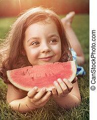 kromka, ogród, closeup, dzierżawa, portret, arbuz, uśmiechnięta dziewczyna