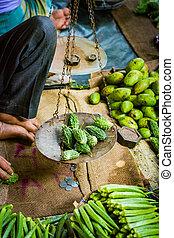 kruidenier, verkoper, weging, bitter, kalebassen, in, algemeen, evenwicht, te koop, om te, klant, in, indiër, fantastische markt