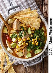 kruidig, verticaal, tomaten, koren, avocado, soep, chicken, tortilla, close-up., cilantro, hoogste mening