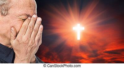 kruis, en, oudere man, met, een, gezicht, gesloten, door, handen