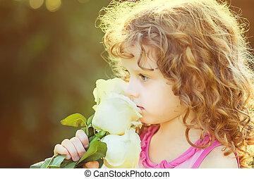 krullend, baby met, bloemen, in, haar, hand., verstevigend,...